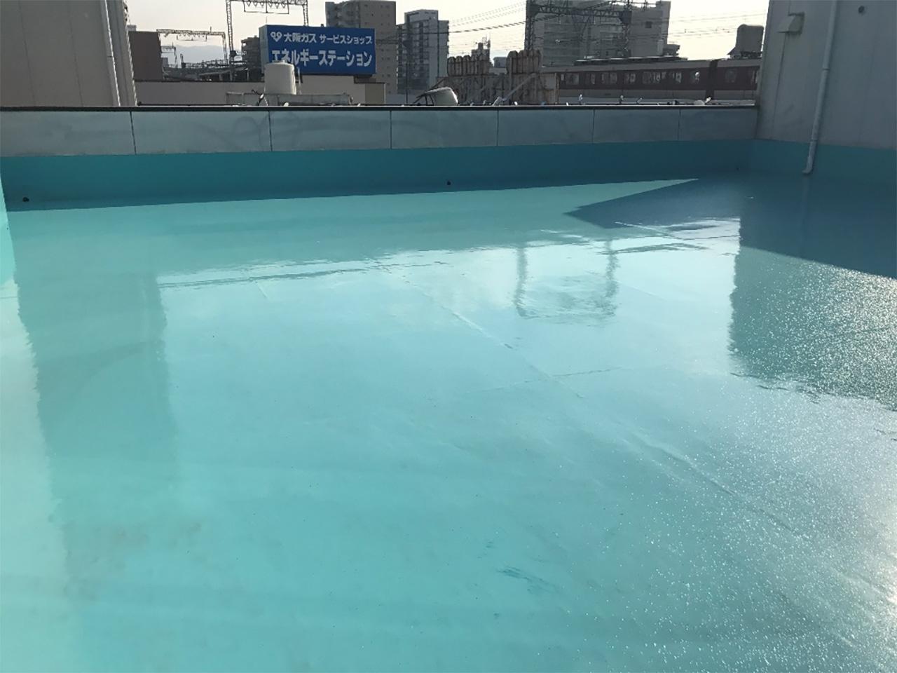 写真:屋外バルコニー 防水処理後でキレイな水色に輝いている様子