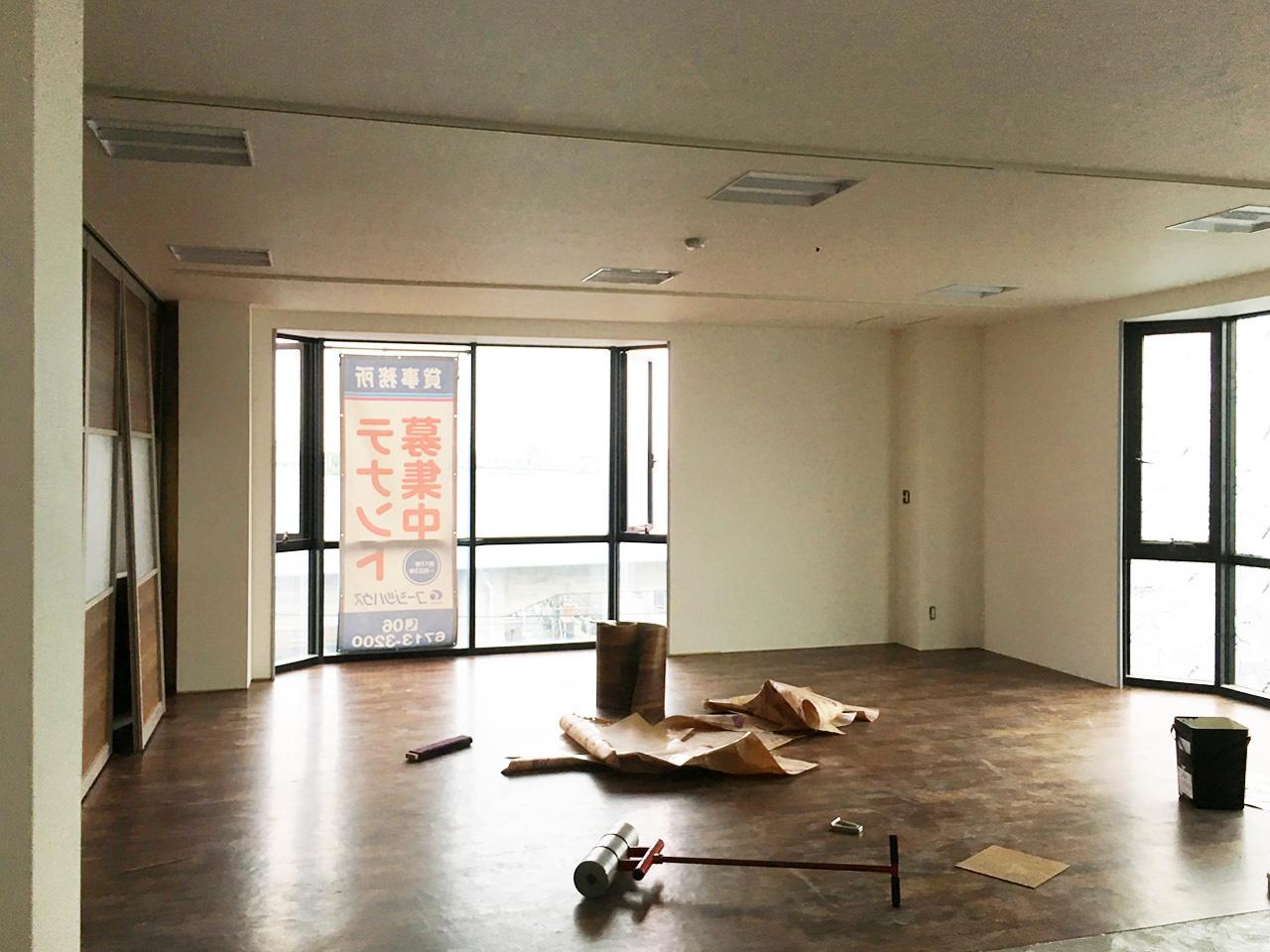 写真:床材工事の様子