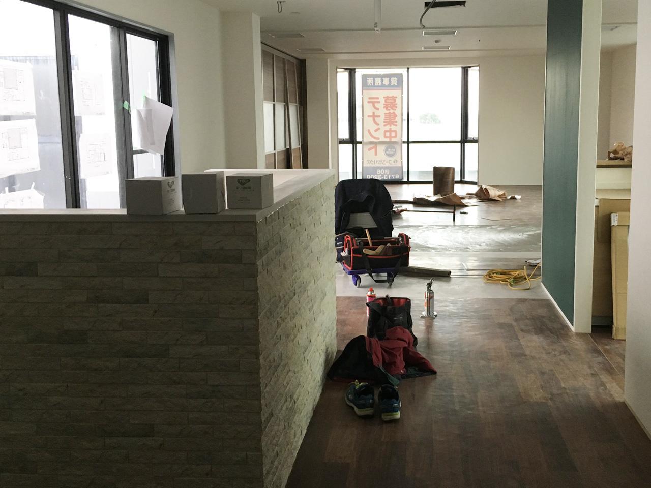 写真:玄関から奥まで床材工事の様子